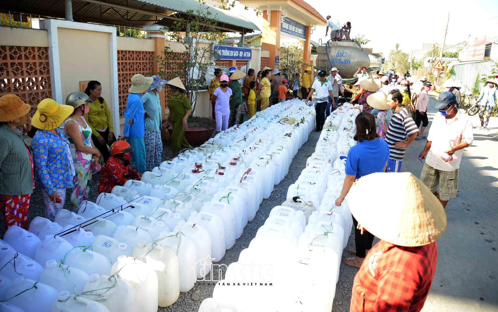 Riêng xã Tân Phước, có gần 3.500 hộ với gần 18.000 nhân khẩu đang bị thiếu nước sinh hoạt. Các xã khác thuộc huyện Gò Công Đông cũng đang lâm vào cảnh tương tự.