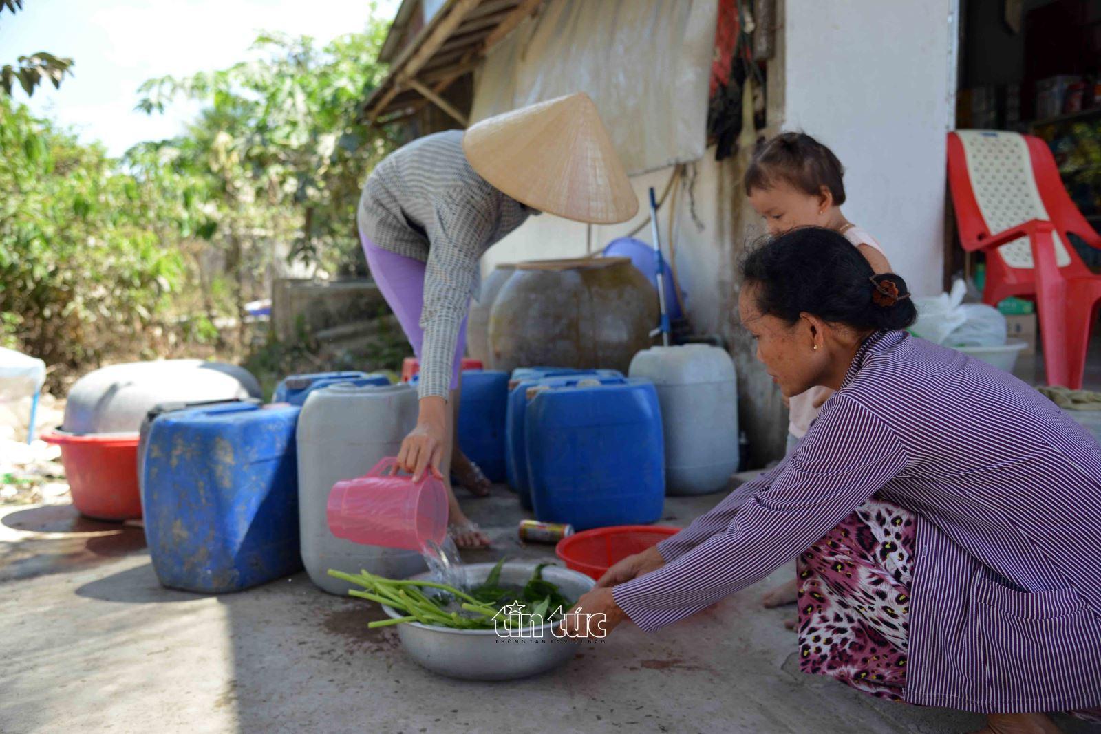 Nước sạch được phát miễn phí được gia đình cô Nguyễn Thị Lợi ấp 5, xã Tân Phước dùng rất tiết kiệm trong sinh hoạt.