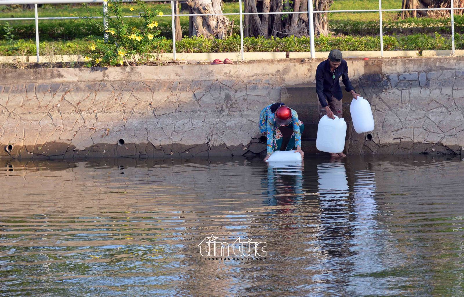 Người dân tìm đến ao, hồ trong đền thờ Trương Định nằm trên địa bàn xã Gia Thuận để múc về dùng để tắm và giặt đồ. Theo baotintuc.vn